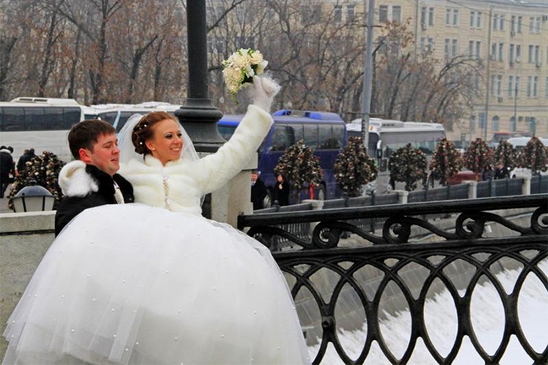 vestuvių fotografas pataria - jaunikis neša nuotaką